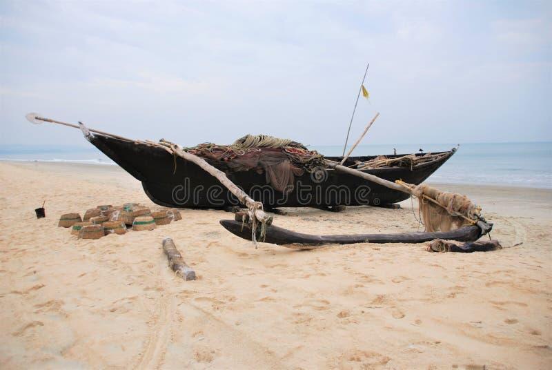 Barca di legno sulla spiaggia, Goa immagini stock