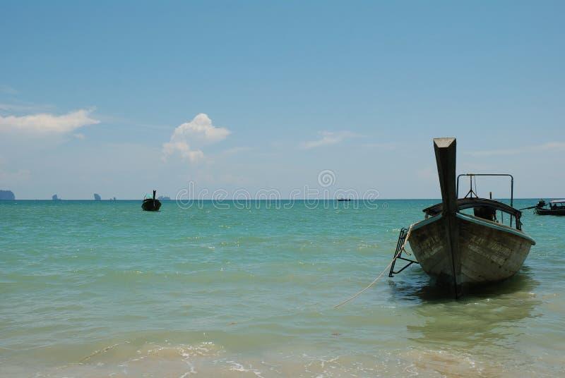 Download Barca Di Longtail Alla Riva Fotografia Editoriale - Immagine di acqua, cielo: 117979157