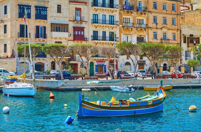 Barca di Luzzu in porto di Senglea, Malta fotografia stock libera da diritti