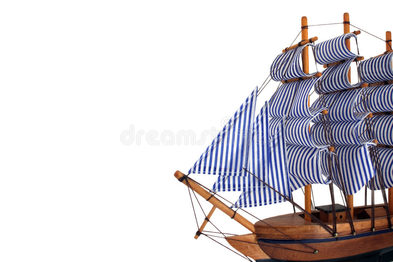 Barca di navigazione del giocattolo su priorità bassa bianca immagine stock