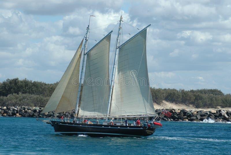 Barca di navigazione dell'olio in mare fotografia stock libera da diritti