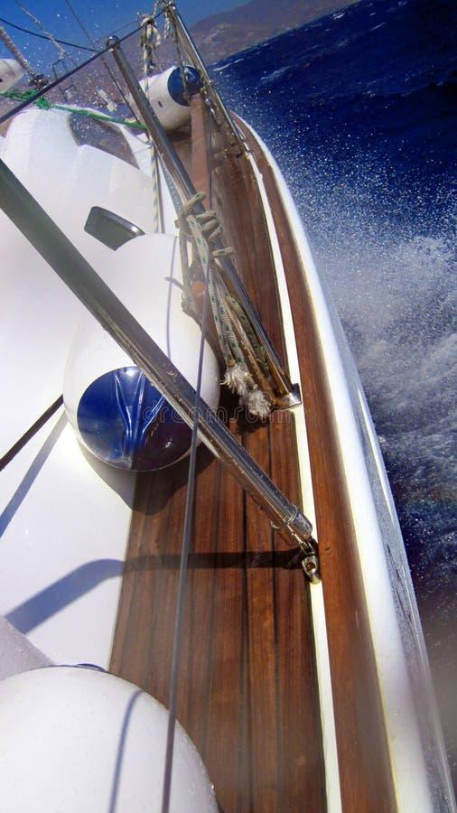 Barca di navigazione in mare immagine stock libera da diritti