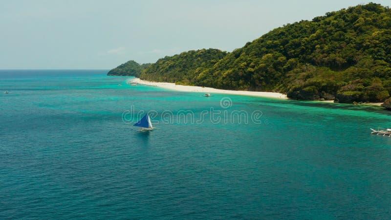Barca di navigazione in mare blu Isola Filippine di Boracay fotografia stock