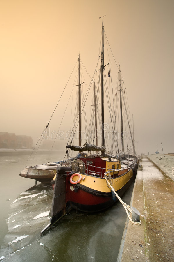 Barca di navigazione un giorno freddo in inverno immagini stock