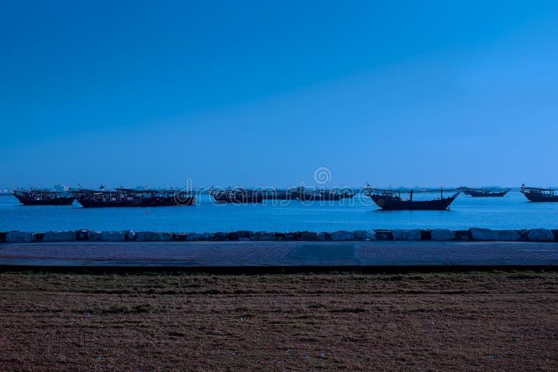 Barca di notte in spiaggia Dammam - saudita Arabia immagine stock