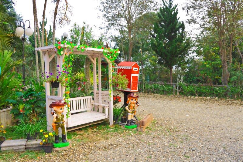 Barca di oscillazione e decorazione del giardino immagine stock