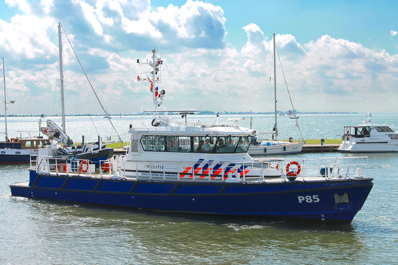Barca di polizia nella porta di Volendam. fotografia stock