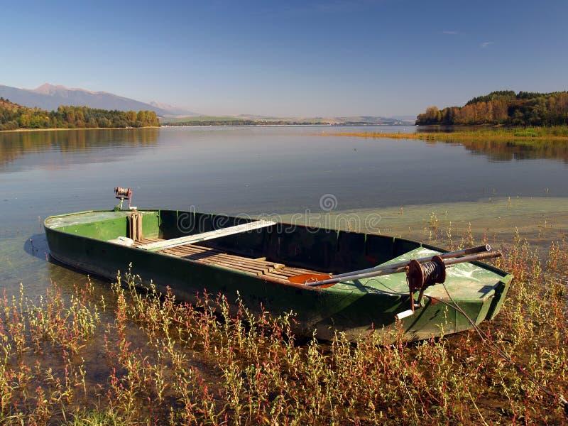Barca di rematura dal lago immagine stock
