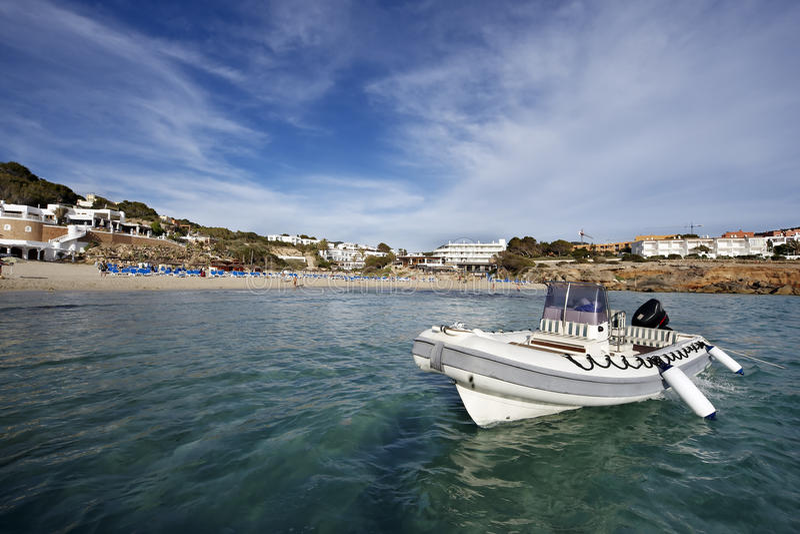 Barca di ricreazione nell'isola di ibiza fotografie stock