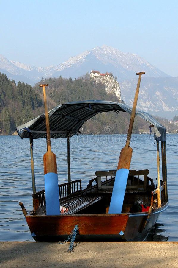 Barca di riga nel lago sanguinato fotografia stock