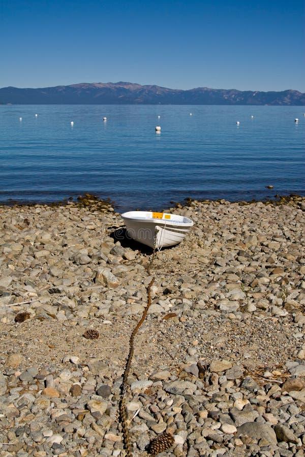 Barca di riga sulla spiaggia fotografia stock libera da diritti