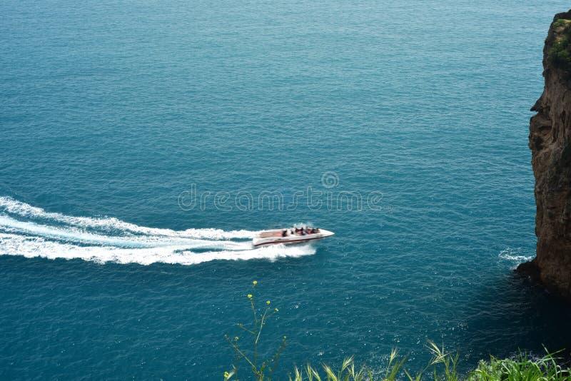 Barca di Spped nel mare del torquise immagini stock libere da diritti