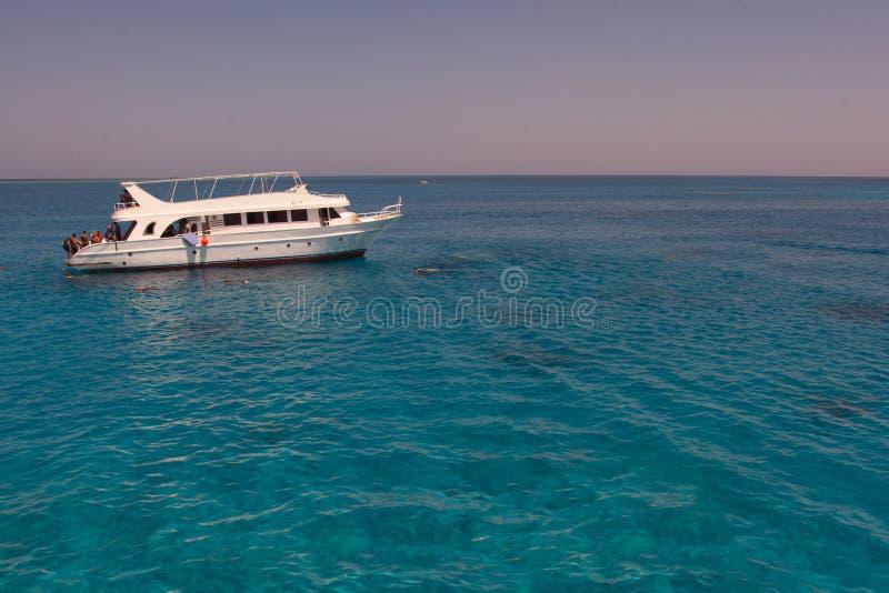 Barca di turisti ancorata in una baia per immergersi immagine stock libera da diritti