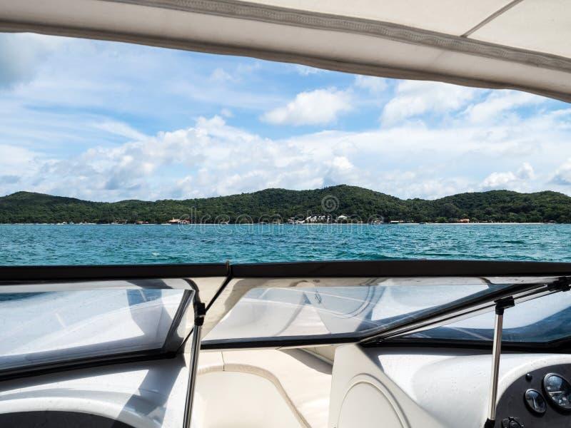 Barca di velocità verso l'isola di Samed in Tailandia immagine stock