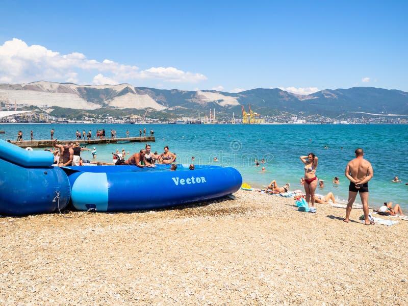 Barca e la gente sulla spiaggia in Novorossijsk fotografie stock libere da diritti