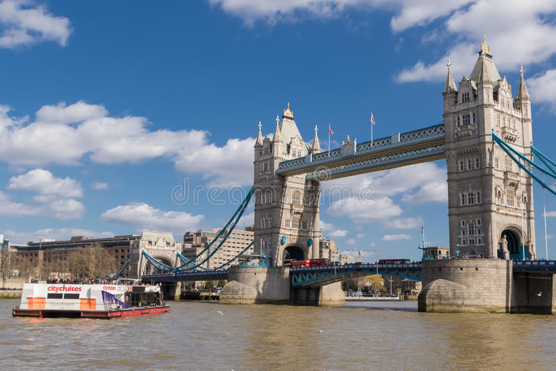 Barca e ponte della torre il giorno soleggiato fotografia stock