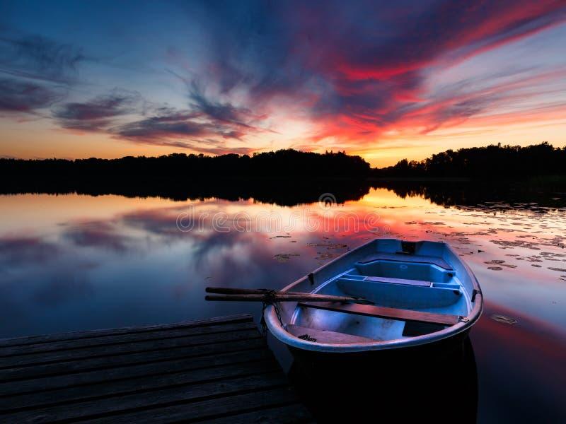Barca e tramonto fotografia stock