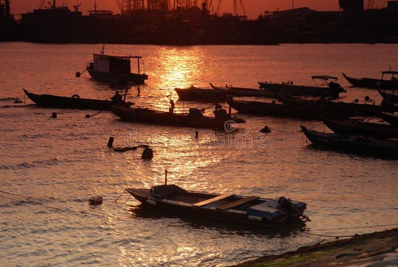 Barca e tramonto alla spiaggia immagine stock