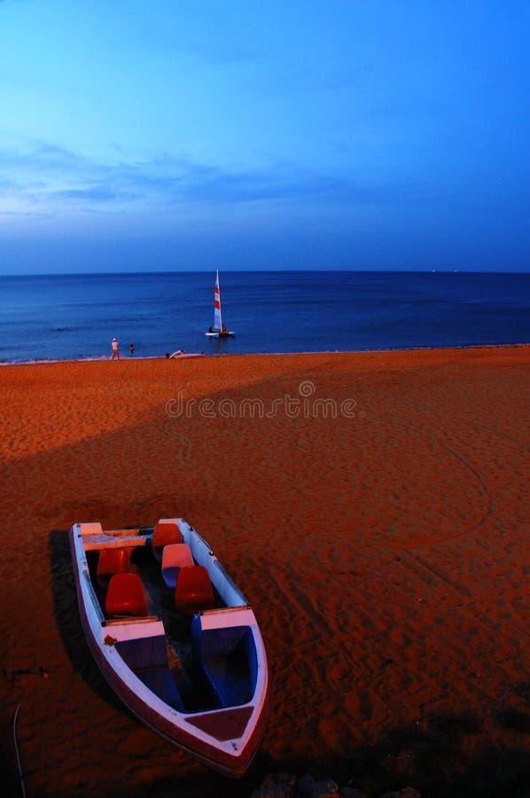Barca e windsurfing fotografie stock libere da diritti