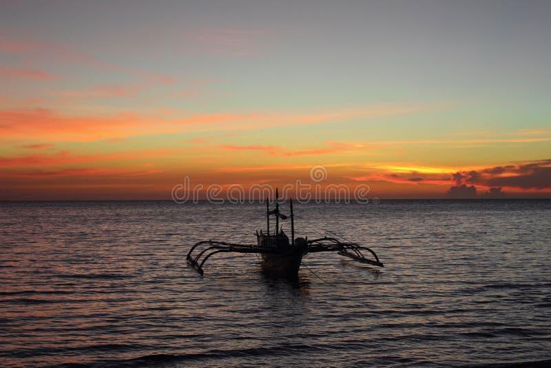 Barca ed il tramonto immagini stock libere da diritti