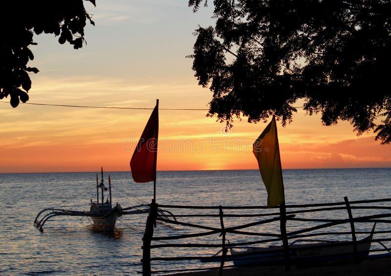 Barca ed il tramonto fotografie stock