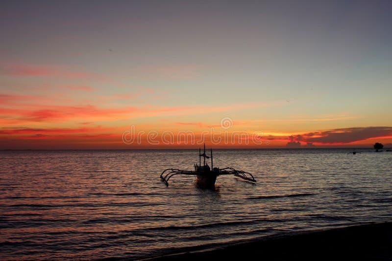 Barca ed il tramonto immagini stock