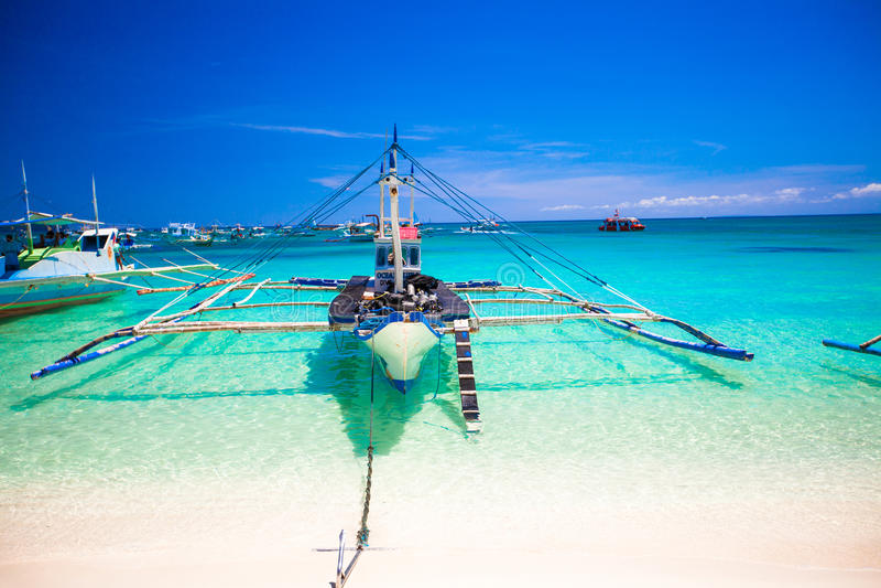 Barca filippina nel mare del turchese, Boracay, fotografia stock libera da diritti