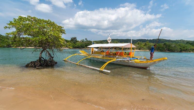 Barca filippina tradizionale sul fiume della mangrovia a Busuanga immagini stock libere da diritti
