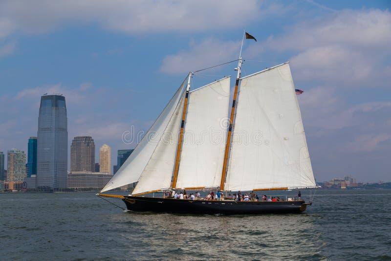 Barca in fiume vicino a New York fotografia stock