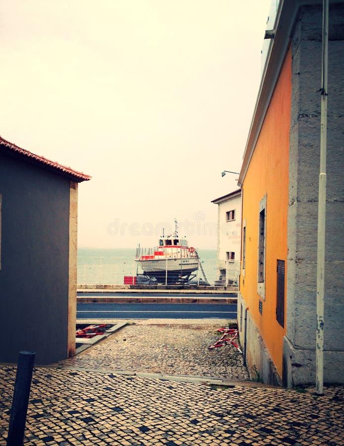Barca fra le case fotografie stock libere da diritti