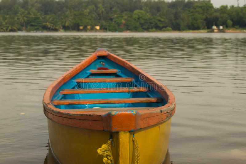Barca gialla a Mangalore fotografie stock libere da diritti