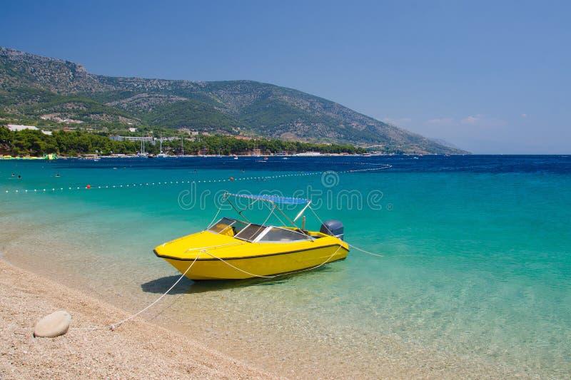 Barca gialla vicino al ratto di Zlatni del capo dell'isola di Brac, mare adriatico, C fotografia stock libera da diritti