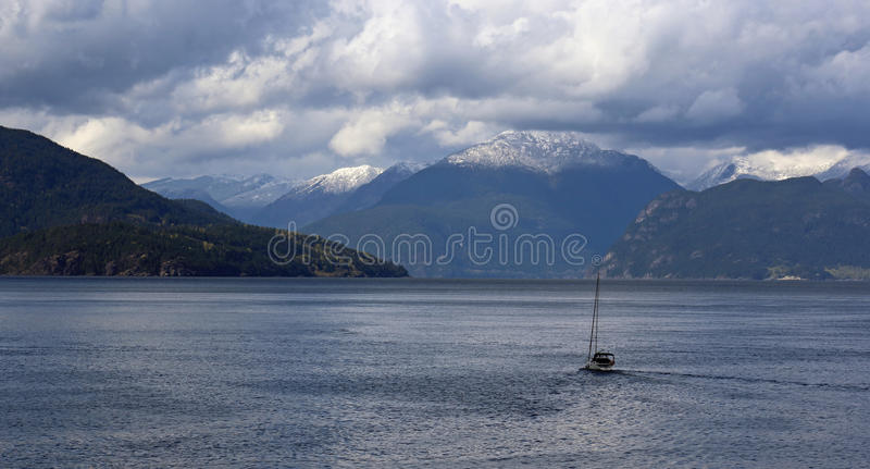Download Barca in Howe Sound immagine stock. Immagine di isolato - 55356897