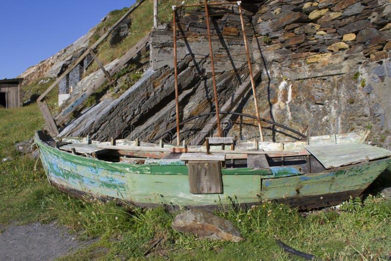 Barca incagliata sulla riva immagine stock