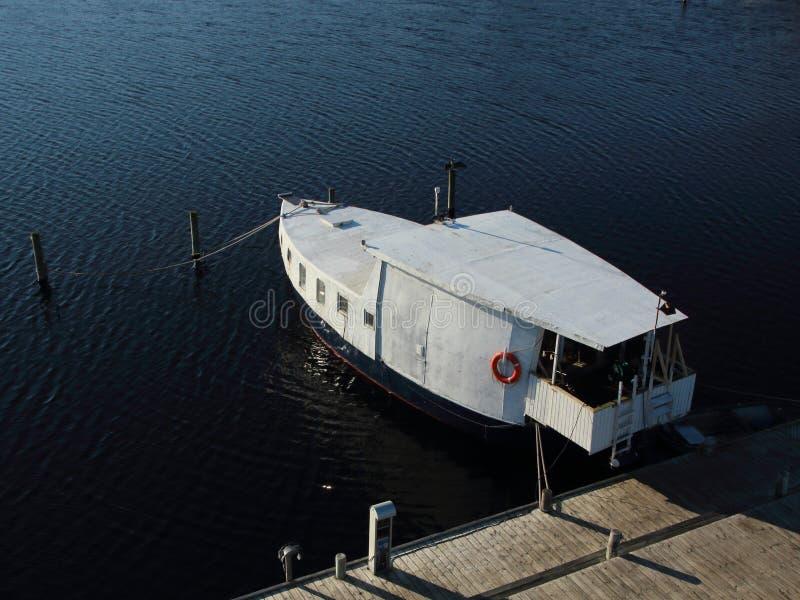 Barca isolata al pilastro nella prospettiva aerea immagine stock