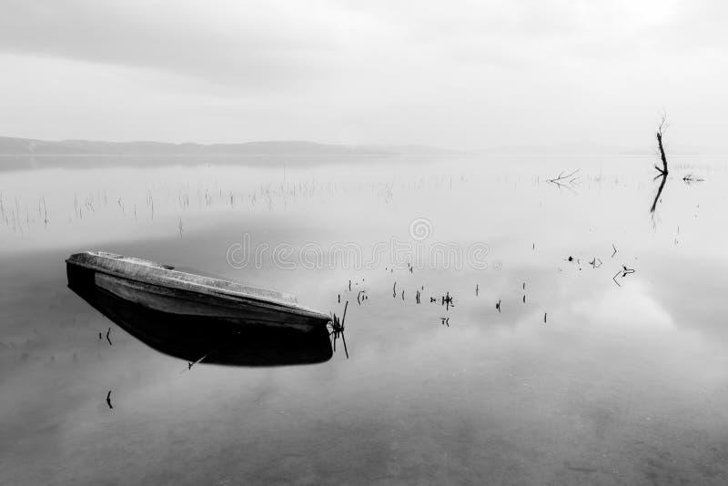 Barca lanciata su acqua fotografia stock