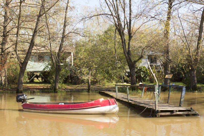 Barca legata al bacino di legno nel del Parana, Tigre Buenos Aires Argentina di delta fotografia stock