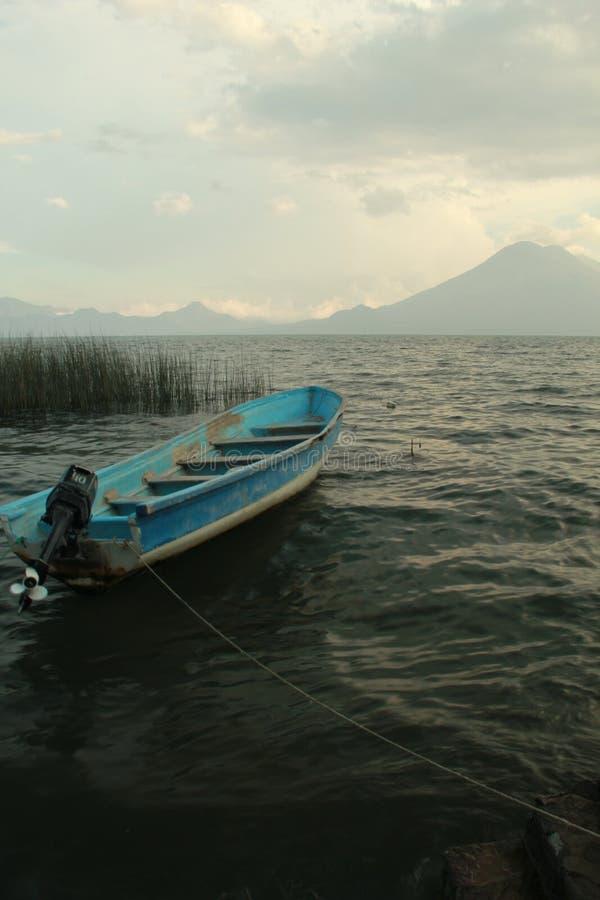 Barca legata al pilastro fotografia stock libera da diritti
