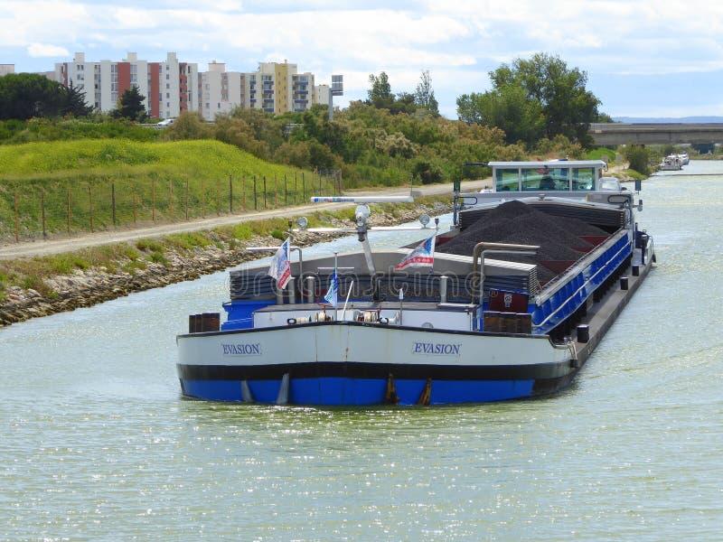 Barca levando de carvão no canal francês imagens de stock