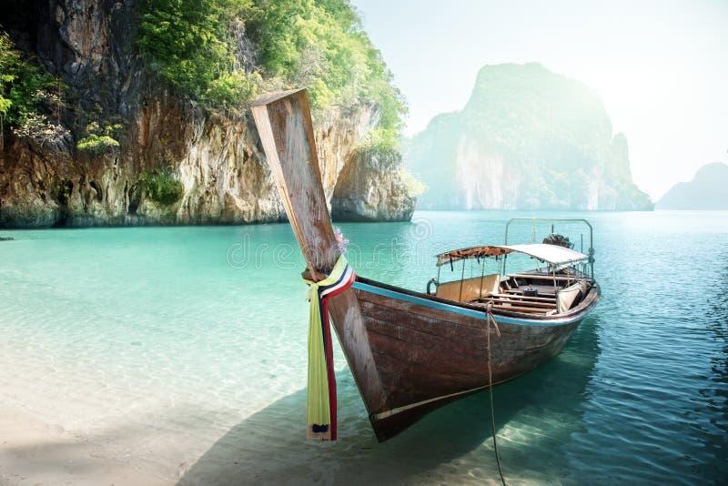 Barca lunga sull'isola fotografia stock