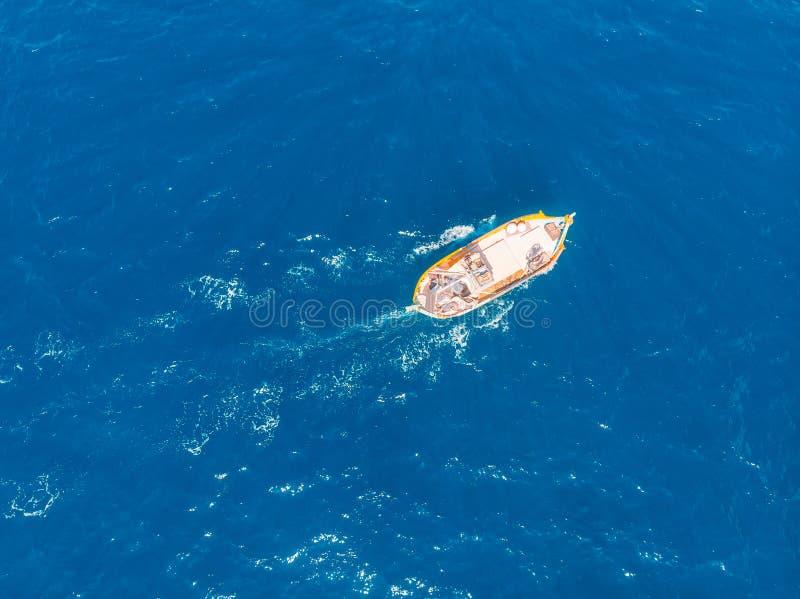Barca maltese tradizionale dei pescatori a pesca di alba vicino alla costa di marsaxlokk Acqua di mare del blu di turchese, vista fotografia stock