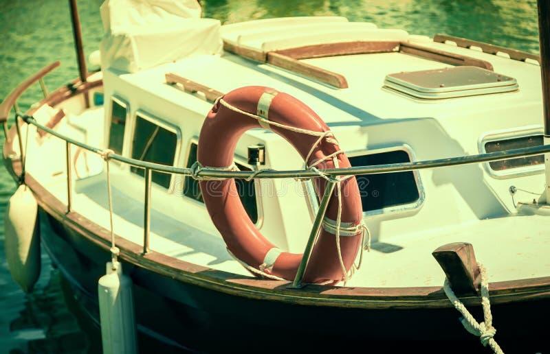 Barca messa in bacino in porto Effetto di Instagram fotografie stock