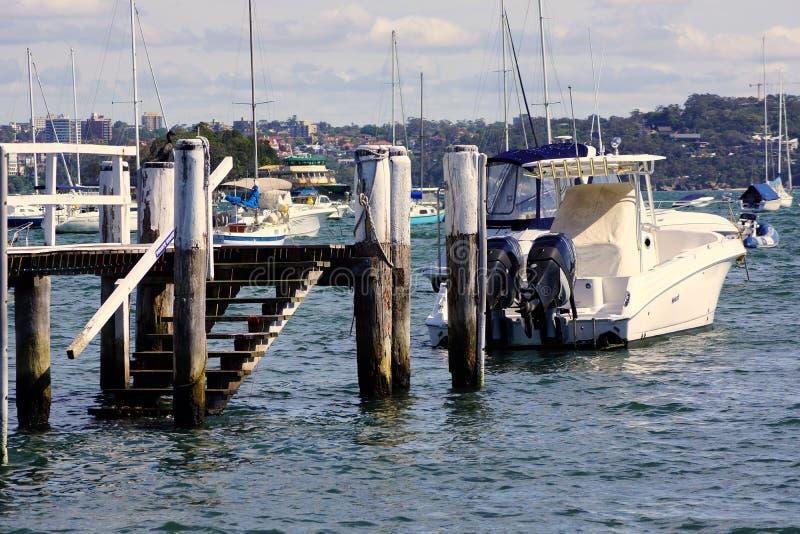 Barca moderna di pesca sportiva attraccata in doppia baia, Sydney, Australia fotografia stock libera da diritti
