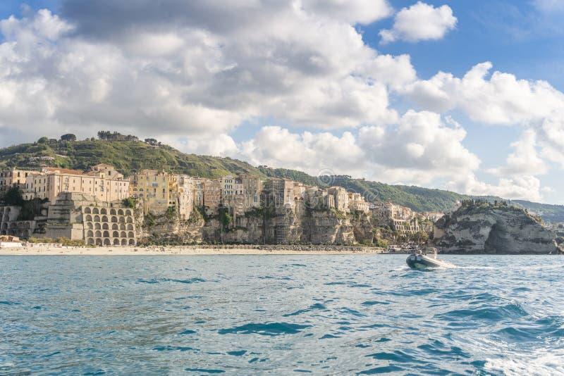 Barca a motore che avvicina la bellissima città di Tropea, Calabria, Italia fotografia stock
