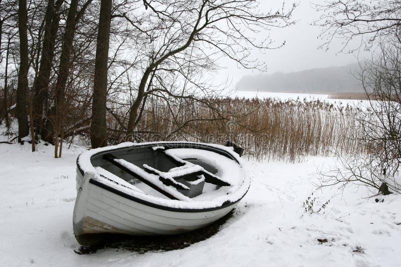 Barca nebbiosa di inverno immagini stock