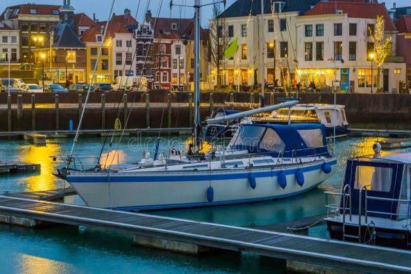Barca nel porto di Vlissingen con la vista accesa della città, città popolare in Zelanda alla notte, Paesi Bassi fotografia stock