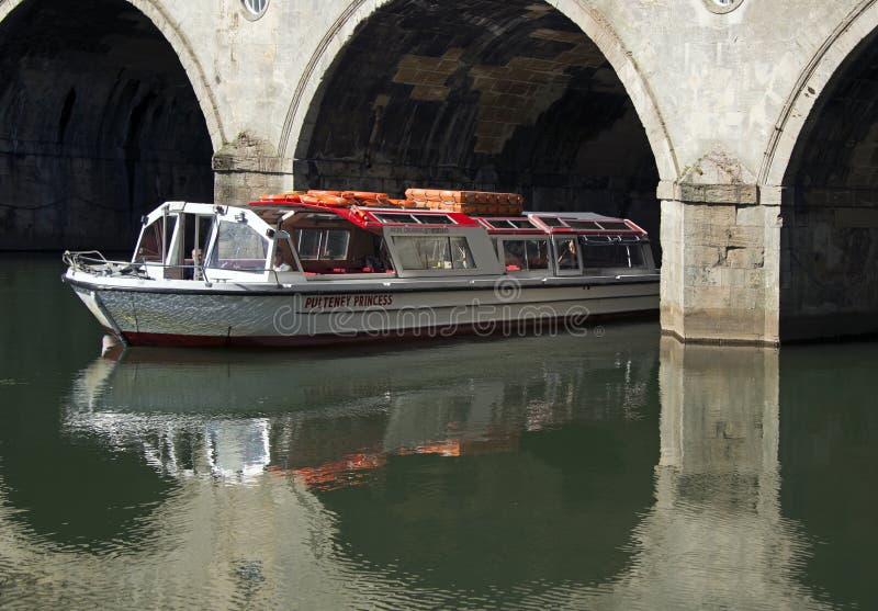 Barca nell'ambito del bagno del ponte di Pulteney fotografie stock libere da diritti