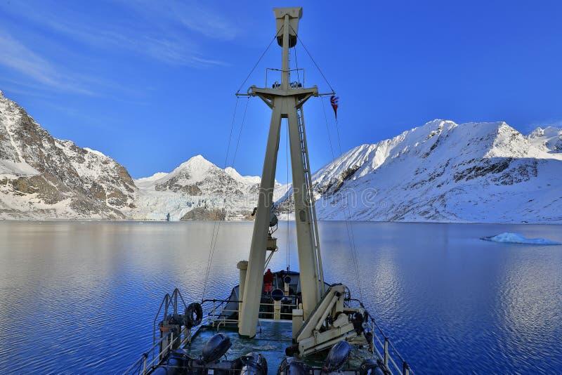 Barca nell'Artide di inverno Montagna nevosa bianca, ghiacciaio blu Svalba fotografia stock libera da diritti