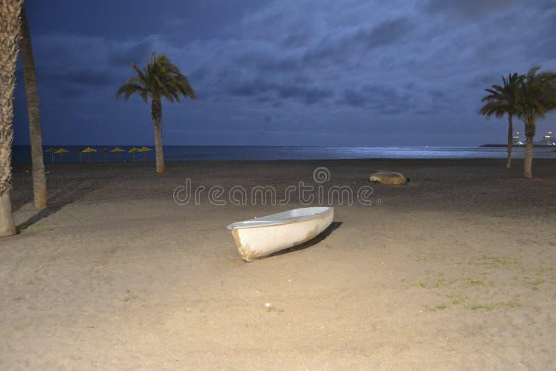 Barca nella notte con il mare fotografie stock libere da diritti