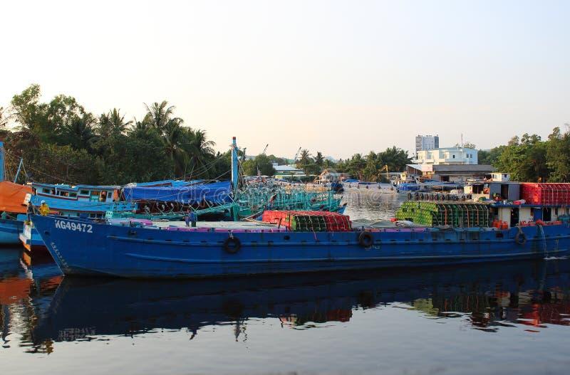 Barca no rio de Duong Dong foto de stock
